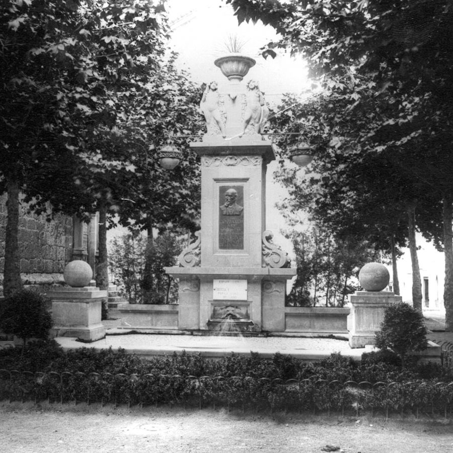 Monument plaça de l'esglèsia d'Esparreguera BN