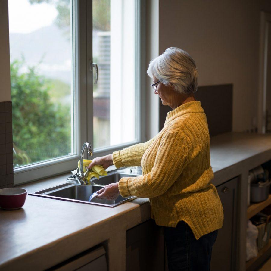 Dona tancant aixeta de la cuina